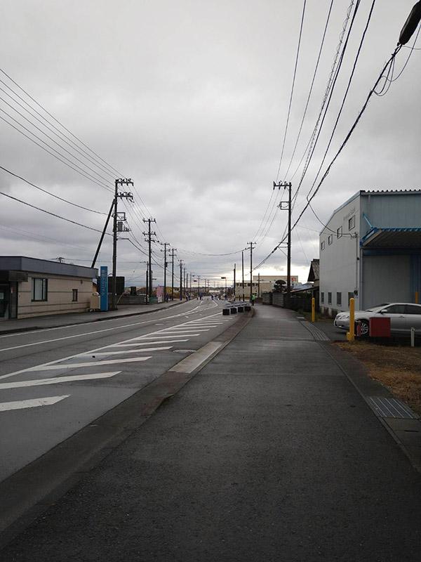 応援自粛でがらんとした沿道の写真